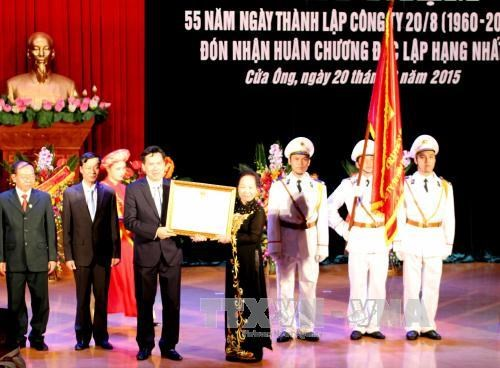 越南国家副主席阮氏缘向门翁选煤公司授予一级独立勋章 hinh anh 1