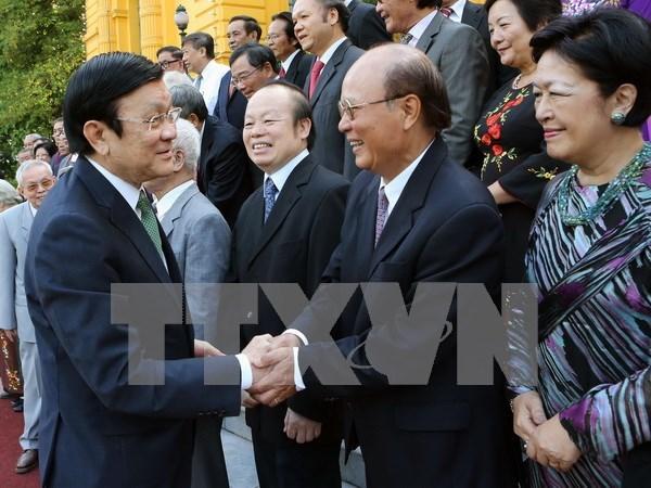 国家主席张晋创会见外交部历代模范干部代表团 hinh anh 1