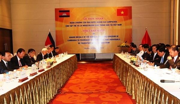 越南交通运输部与柬老两国交通工程与运输部加强合作 hinh anh 2
