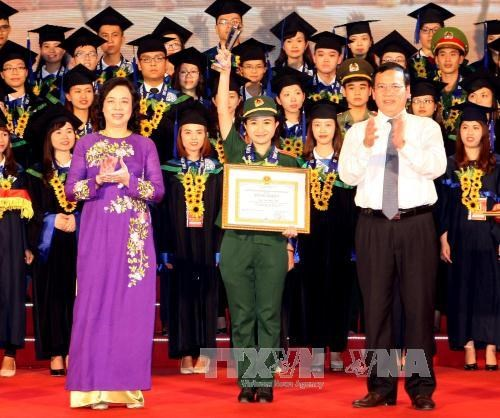 河内市举行2015届优秀毕业生表彰大会 hinh anh 3