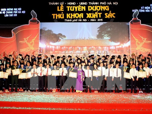 河内市举行2015届优秀毕业生表彰大会 hinh anh 1