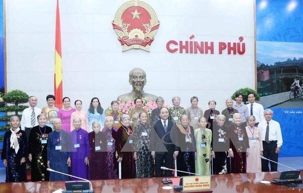 阮春福副总理会见前江省越南英雄母亲代表团 hinh anh 1