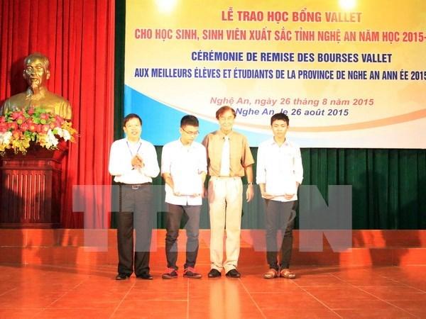 越南宜安省144名优秀学生和大学生荣获瓦莱奖学金 hinh anh 1