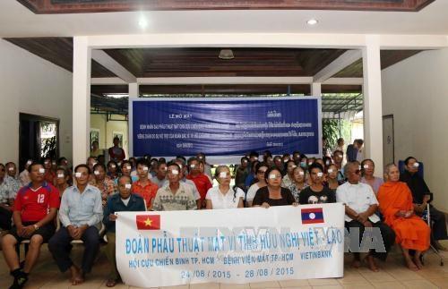 越南胡志明市眼科医院为老挝万象贫困白内障患者免费手术 hinh anh 1