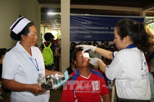 越南胡志明市眼科医院为老挝万象贫困白内障患者免费手术 hinh anh 2