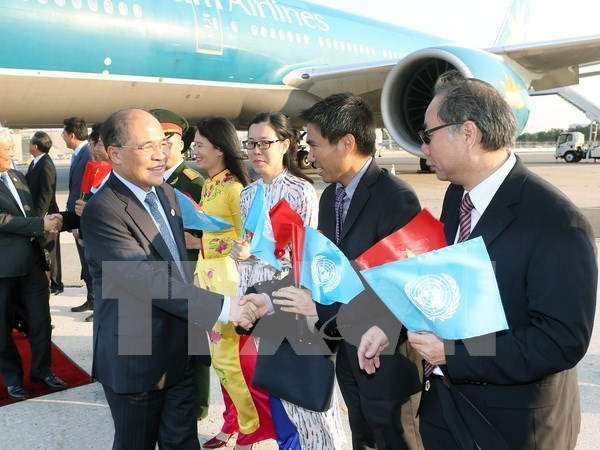 越南国会主席阮生雄抵达纽约 出席第四次世界议长大会 hinh anh 1