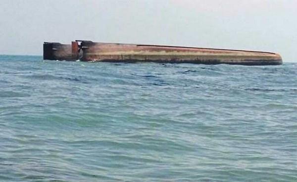 一艘载有100人的船只在马来西亚海域倾覆 hinh anh 1