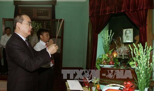 越南党、国家和祖国阵线领导人上香缅怀胡志明主席 hinh anh 1