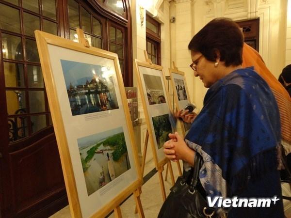 """""""东盟—和平与发展48周年暨越南加入东盟20周年""""图片展在河内举行 hinh anh 1"""