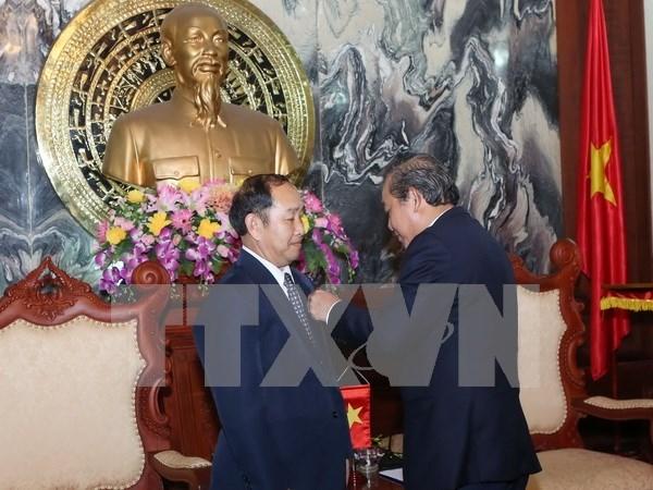 """越南授予老挝和柬埔寨最高人民法院领导""""为法院事业""""纪念章 hinh anh 1"""