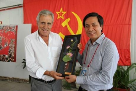 越南《人民报》社代表团出席第39届葡萄牙共产党《前进报》节 hinh anh 1