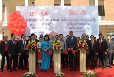 老挝万象首都政治行政学院宿舍楼落成仪式在万象举行 hinh anh 1