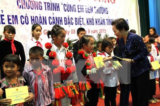 越南国家副主席阮氏缘向河江省优抚家庭和贫困户赠送礼物 hinh anh 1