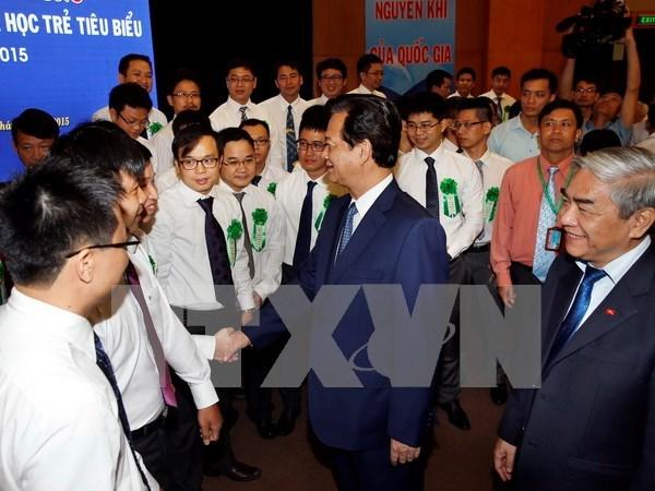 越南政府总理阮晋勇会见70名典范越南青年科学家 hinh anh 1