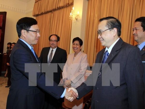 越南政府副总理范平明会见菲律宾外交与政治次长艾凡 hinh anh 1