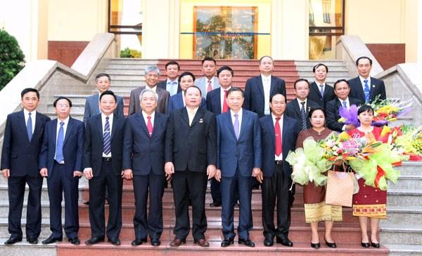 """老挝安全部驻越南代表机构干部荣获越南""""维护祖国安全""""纪念章 hinh anh 2"""