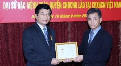 """越南向老挝驻越大使授予""""致力于各民族和平友谊纪念章"""" hinh anh 1"""