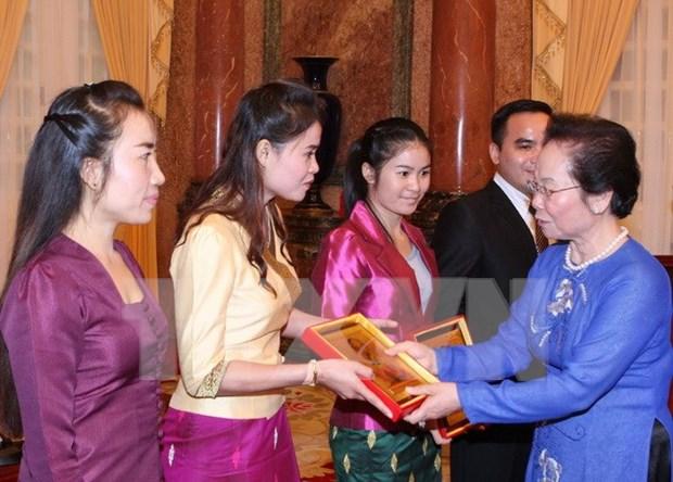 越南国家副主席阮氏缘会见老挝优秀留学生代表团 hinh anh 1