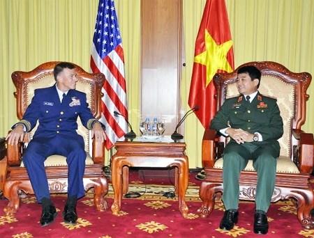 越南人民军副总参谋长武文俊会见美国海岸警卫队司令 hinh anh 1