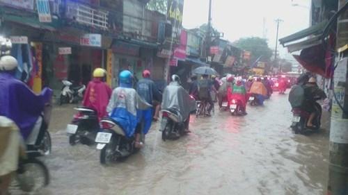 越南首都河内连夜强降雨积水严重马路被淹交通受阻 hinh anh 3