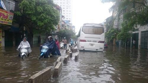 越南首都河内连夜强降雨积水严重马路被淹交通受阻 hinh anh 2
