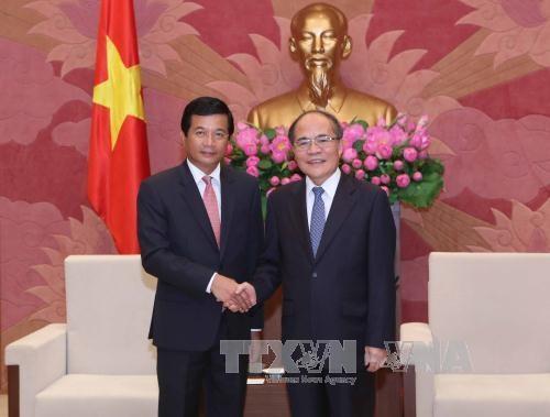 越南国会主席阮生雄会见老挝驻越南大使 hinh anh 1