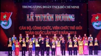 越南全国70名优秀年轻干部员工获表彰 hinh anh 1