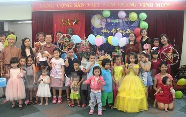 旅新加坡和马来西亚越侨同胞欢度中秋佳节 hinh anh 1