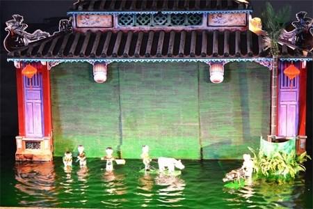 会安市向游客推出民间水上木偶戏表演节目 hinh anh 1