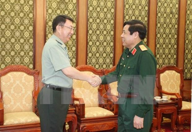 越南国防部长冯光青大将会见中国驻越南大使馆武官甄中兴大校 hinh anh 1