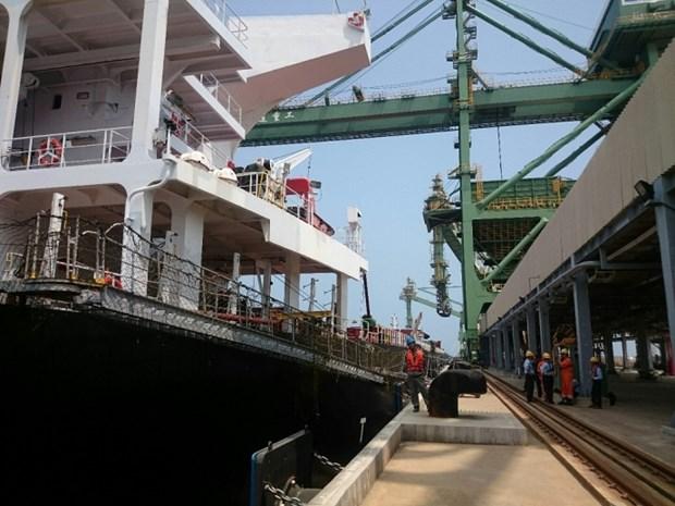 越南河静省山阳深水港迎接第一艘10万DWT散货船进港 hinh anh 2