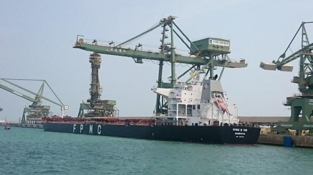 越南河静省山阳深水港迎接第一艘10万DWT散货船进港 hinh anh 1
