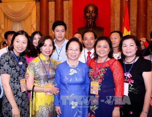 越南国家副主席阮氏缘会见全国企业界模范代表 hinh anh 1