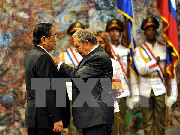 """老挝国家主席朱马里·赛雅颂荣获古巴的""""何塞·马蒂""""勋章 hinh anh 1"""