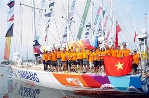 越南岘港队结束2015-2016年克利伯环游世界帆船赛的第一站比赛 hinh anh 1
