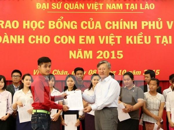 旅居老挝越南同胞子女荣获越南政府的奖学金 hinh anh 1