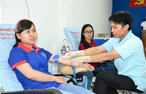 胡志明市数百人参加无偿献血活动 hinh anh 1