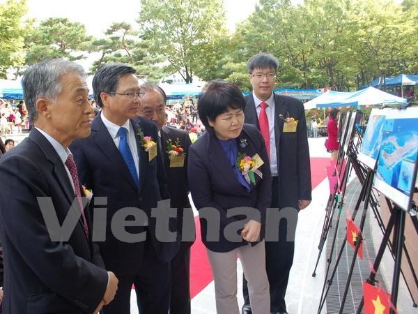 中国在东海非法建设人工岛图片展在韩国举行 hinh anh 1