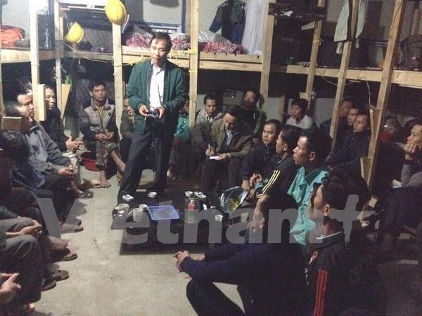 越南驻阿尔及利亚大使馆代表走访慰问在罕西拉工地上的越南劳工 hinh anh 1