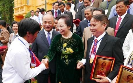 越南国家副主席阮氏缘会见模范农民代表团 hinh anh 1