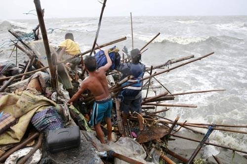 """台风""""巨爵""""吹袭菲律宾致2死4伤1.6万名居民疏散 hinh anh 1"""