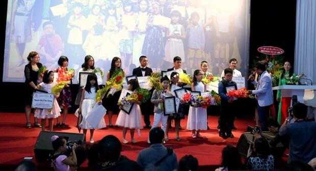 清化省近200名优秀贫困学生和大学生荣获助学金 hinh anh 1