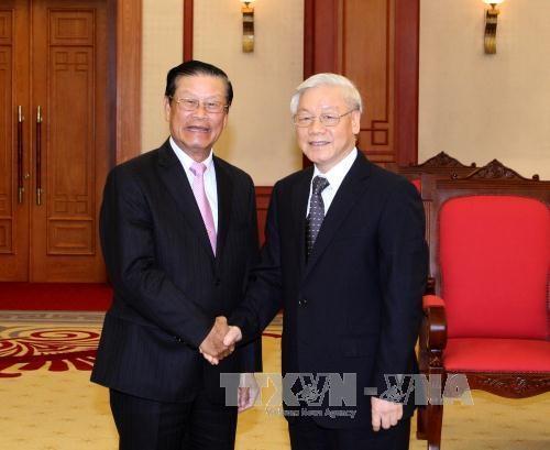 越南党、国家领导人会见老挝高级代表团 hinh anh 1