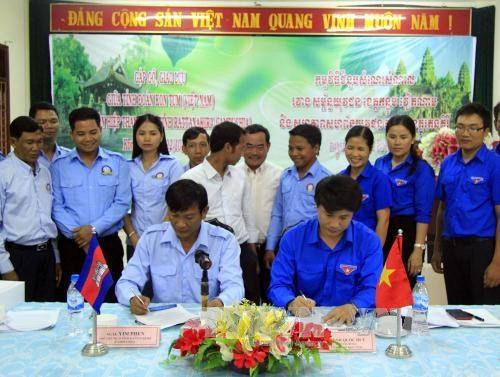 越南昆嵩省与柬埔寨腊塔纳基里省的青年一代加强交流与合作 hinh anh 2