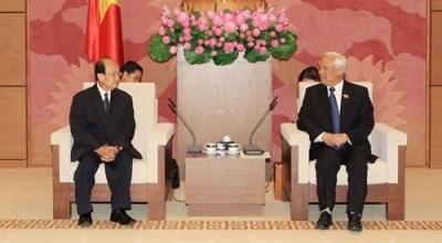 越南国会副主席汪周刘会见老挝和平与团结委员会代表团 hinh anh 1