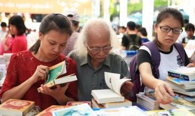 2015年秋季图书节:大家人一起看书 hinh anh 1
