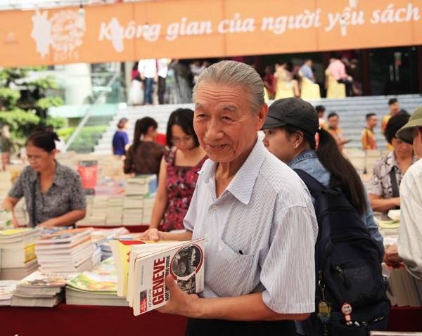 2015年秋季图书节:大家人一起看书 hinh anh 4