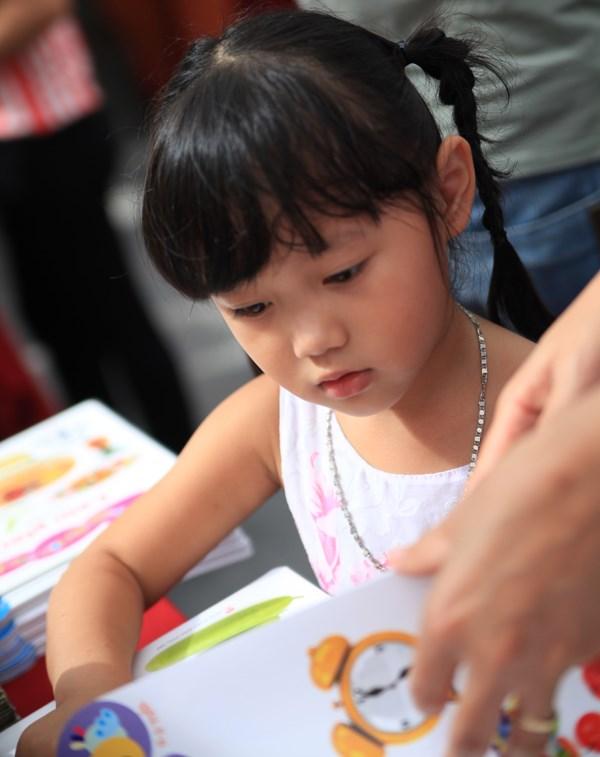 2015年秋季图书节:大家人一起看书 hinh anh 3