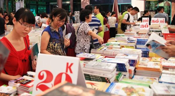 2015年秋季图书节:大家人一起看书 hinh anh 2