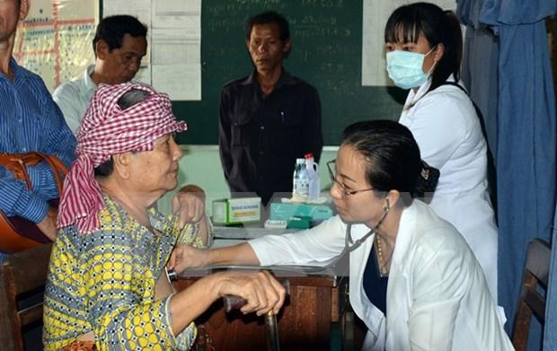 越南同塔省为旅居柬埔寨越侨提供免费看病和发放药品 hinh anh 1